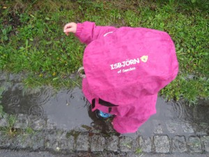 Isbjörn of Sweden: Das Tornado Jacket hält ohne PFC dicht.  Foto (c) kinderoutdoor.de