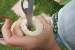 Bald passt ein Ei in den Eierbecher. Dafür schnitzen wir das Innere aus dem Holz heraus.  Foto (c) kinderoutdoor.de