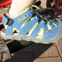 Der Haken an dieser Kindersandale: Der Einstieg erfolgt über die Ferse. Das ist weniger optimal.   foto (c) kinderoutdoor.de