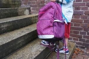 Nasser Sommer! Dank der Gore Tex Technologie im Primigi Muriel bleiben die Kinderfüße auf dem Schulweg trocken.  Foto (c) kinderoutdoor.de