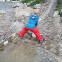 Zum Spielen gibt es genügend Möglichkeiten am Wolfsee bei Serfaus Fiss Ladis.   Foto (c) kinderoutdoor.de