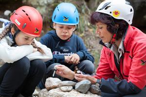 Stein oder nicht Stein, das ist hier die Frage! In der Bletterbachschlucht lernen die Kinder spielerisch eine Menge über die Geologie.  Copyright: Südtirols Süden