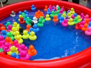 Schnitzeljagd mit Entenrennen: Da sind die Kinder sofort dabei! Foto (c) Gabi Schoenemann  / pixelio.de