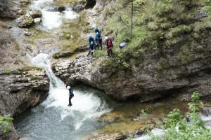 Manche kühlen Orte sind schwer zu erreichen und Ihr braucht einen erfahrenden Führer dazu, wie hier beim Canyoning.  Foto (c) kinderoutdoor.de