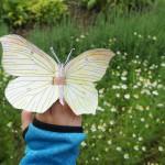 Kinder basteln einen kunterbunten Schmetterling