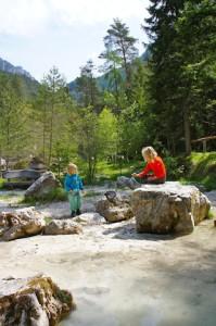 In den Bächen am Katschberg gibt es eine Menge zu entdecken.  Foto (c) kinderoutdoor.de