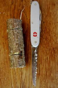 Kinder schnitzen mit den guten Schweizer Taschenmesser, denn dieses hat auch eine Säge.  Foto (c) kinderoutdoor.de
