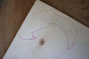 Mit der Laubsäge freihand zu sägen, ist meistens weniger erfolgreich. Deshalb: Zeichnet erst den Papagei auf das Sperrholz. Foto (c) kinderoutdoor.de