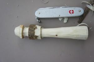 Wenn die Kinder einen Leuchtturm schnitzen, lernen sie einiges über den Umgang mit dem Taschenmesser.  Foto (c) kinderoutdoor.de