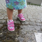 Wasser Marsch! Mit dem Gore Tex Surround Futter bleibt Wasser wo es hingehört: Draussen!  Foto (c) kinderoutdoor.de
