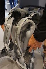 Mit wenigen Handgriffen lässt sich die Rückenlänger der Kindertrage von Thule verstellen.  Foto (c) kinderoutdoor.de