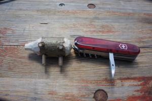 Mit der Ahle vom Taschenmesser bohren wir vier Löcher an die Unterseite und stecken die Stöckchen hinein.  Foto (c) kinderoutdoor.de