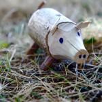 Kinder schnitzen mit dem Taschenmesser ein Wildschwein