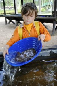 Kinder auf Schatzsuche: Ob sie beim Goldwaschen was finden? Martin Kreutz – Fotolia.com