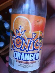 Die Grundlage für ein gutes Cola Mix: Königs Orangen Fruchtsaftgetränk. Leider schwächelt das Cola.  Foto (c) kinderoutdoor.de