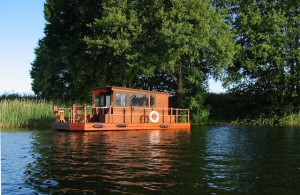 Einfach mal treiben lassen beim Urlaub in Mecklenburg-Vorpommern. Mit dem Floß habt Ihr einen schwimmenden Untersatz, ein Dach über dem Kopf und eine Bade-Insel in einem.   (Foto: Northtours/ Krämer)