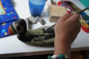 Wenn Ihr mit Kieselsteinen bastelt, gehört auch das Anmalen dazu.  Foto (c) kinderoutdoor.de