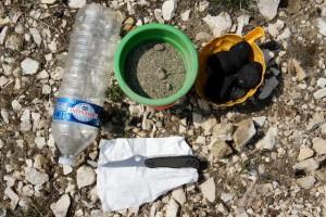 Wir basteln mit Kindern einen Wasserfilter. Hier ist alles was Ihr dazu braucht.  Foto (c) kinderoutdoor.de