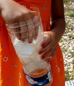 Kinder basteln einen Wasserfilter. Zuerst kommt die Endstufe der Sauberkeit in die Flasche: Das Taschentuch oder Filterpapier. Foto (c) kinderoutdoor.de