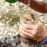 Kinder basteln einen Wasserfilter für Experimente