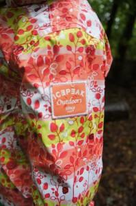 Eine coole Regenjacke kommt von Icepeak und passt in jeden Rucksack.  foto (c) kinderoutdoor.de