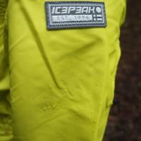 Die Wassersäule der Icepeak Regenjacke ist bei 5.000 mm.  Foto (c) kinderoutdoor.de