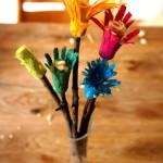 Kinder schnitzen Blumen: Wir haben die Anleitung dazu!