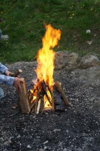 Ein Lagerfeuer machen: Das lieben die meisten Kinder.  Foto (c) kinderoutdoor.de