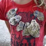 Muschelkette: Kinder basteln mit Urlaubsmitbringseln