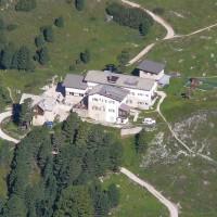 Die Regensburger Hütte in den Dolomiten ist ein lohnendes Ziel für Familien.   Foto (c) wikipedia, Llorenzi Lizenz: Creative Commons by-sa 3.0 de