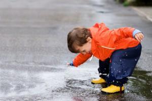 Outdoorkleidung von Kindern braucht auch Pflege, denn die Kleinen gehen mit ihrer Kleidung wenig zimperlich um. Foto © istock.com/Lightshape