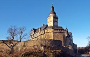 Bei der Herbstwanderung auf dem Selketal Stieg kommt Ihr auch an der Burg Falkenstein vorbei. Foto (c) Luise / pixelio.de