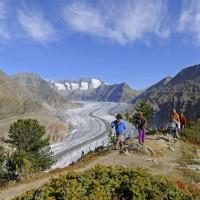 Auf dem Aletschgletscher mit den Kindern wandern. Dabei kommen die Kleinen und die Erwachsenen ins Grübeln, denn der Gletscher taut aub. Foto (c) altesch arena.ch