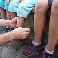Eine Schnitzeljagd für die Sinne: Wer erkennt von den Eltern mit verbundenen Augen seine Kinder?  Foto (c) kinderoutdoor.de