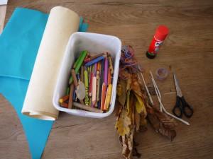Mit Kindern basteln: Aus diesem Sammelsurium entsteht eine Herbstfee. Foto (c) kinderoutdoor.de