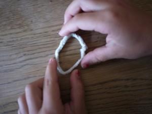 Wir basteln mit Kindern eine Herbstfee. Den Pfeifenputzer biegt Ihr zu einem Ring.  Foto (c) kinderoutdoor.de
