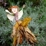 Mit Kindern basteln: Eine Herbstfee aus Laub