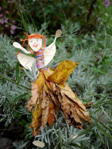 Mit Kindern basteln bringt ganz tolle Sachen hervor, wie diese lustige Herbstfee. Foto (c) kinderoutdoor.de