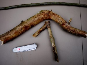 Für unsere Schnitzanleitung für einen urigen Kleiderbügel braucht Ihr zwei Stücke Holz und ein Taschenmesser.  Foto (c) kinderoutdoor.de