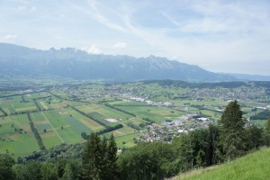 Blick hinunter ins Unterland vom Fürstentum Liechtenstein. Hier kommen die beiden Autorinnen von wildwaldwunderbar her.  Foto (c) kinderoutdoor.de