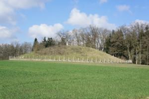 Auf dem Keltenweg bei Heuneburg: Hier gibt es typisches Hügelgrab zu sehen.  foto (c) kinderoutdoor.de