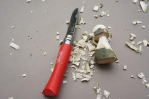 Nun schnitzen wir mit dem Taschenmesser Pilze aus unseren Holzstücken. Foto (c) kinderoutdoor.de