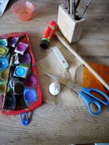 Schneckenhäuser braucht Ihr zum Basteln, dazu Wasserfarben, Pinsel, Buntpapier, ein Holzstöckchen, Kleber, Schere und Taschenmesser.  Foto (c) kinderoutdoor.de