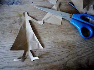 Beim Basteln mit Schneckenhäuser, brauchen wir auch Buntpapier um den Körper der Herbsthexe zu gestalten.  Foto (c) kinderoutdoor.de