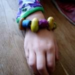 Schnitzen mit Kindern: Ein Armband aus Hollunder und Eicheln
