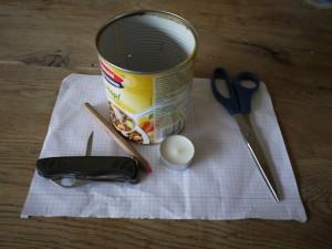 Das alles braucht Ihr um aus eine Laterne aus der Blechdose zu basteln.  Foto (c) kinderoutdoor.de