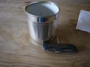 Bevor wir die Laterne basteln, säubern wir die Blechdose und befreien sie von der Banderole.  Foto (c) kinderoutdoor.de