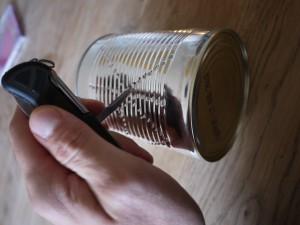 Wir stechen die Löcher in unsere Blechdose aus der wir die Laterne basteln.  foto (c) kinderoutdoor.de
