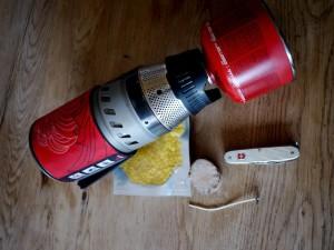 Kerzen gießen mit Kindern: Das braucht Ihr alles dazu und eine Bohrmaschine.  Foto (c) kinderoutdoor.de
