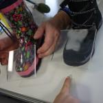 Rechts tritt Wasserdampf aus dem Gore Tex Schuh aus und beschlägt die Glasscheibe. Beim Gummistiefel passiert gar nichts.   Foto (c) kinderoutdoor.de